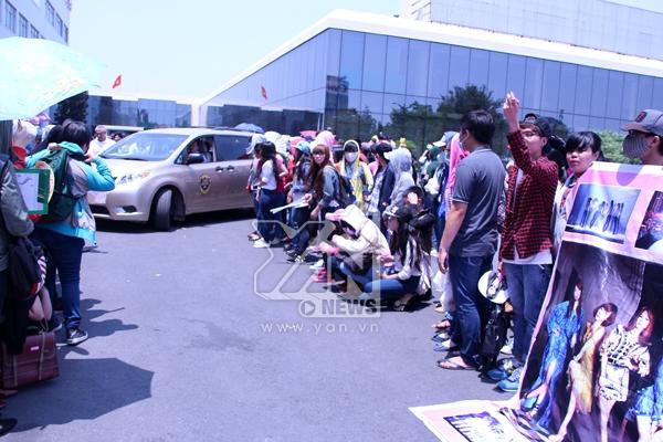 Các thành viên nhóm Miss A xuất hiện tại sân bay và chào fan rất thân thiện.