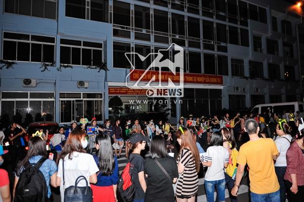 """Rất đông fan đã nhanh chóng """"bắt kịp tin tức"""" và chờ đón 2PM, Miss A tại sân bay Tân Sơn Nhất"""