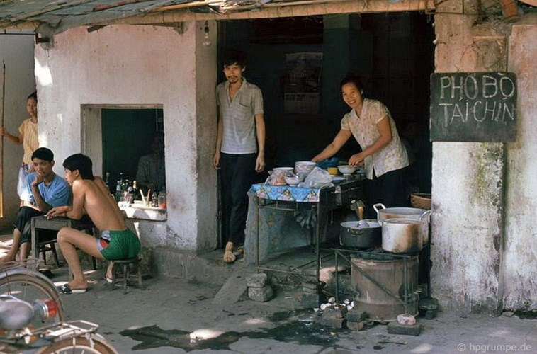 Kho ảnh khổng lồ về VN 1991-1993: Nhậu nhẹt ở Hà Nội