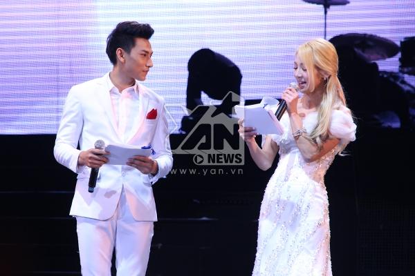 Trưởng nhóm Isaac đầy tự tin khi làm MC cùng Hyo Yeon -Thành viên của SNSD
