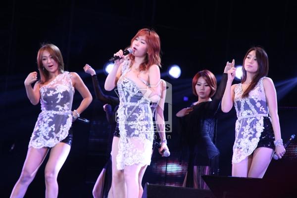 Nhóm Sistar đốt cháy sân khấu bằng những ca khúc sôi động, vũ điệu nóng bỏng của mình