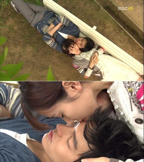 Bộ phim hài lãng mạn Personal Taste của Lee Min Ho và đàn chị Son Ye Jin đầy rẫy những khung hình tình cảm. Trong vai một cặp đôi chuyển từ ghét sang yêu, một lần hẹn hò ở công viên và Lee Min Ho đang ngủ quên trên ghế, Son Ye Jin ghé tới đặt nụ hôn lên trán anh.