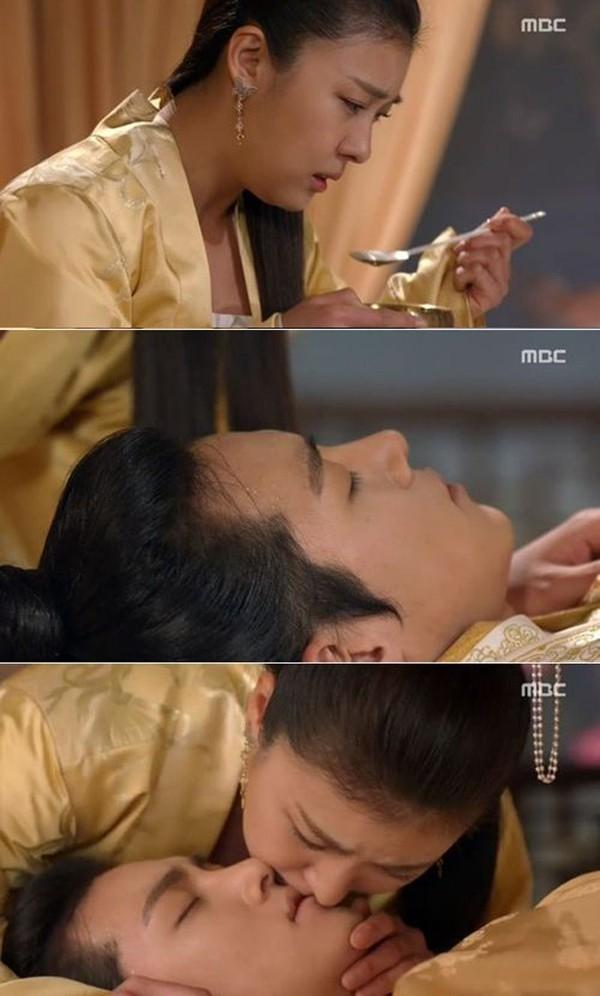 Bộ phim cổ trang Empress Ki đang phát sóng do Ha Ji Won đóng vai chính cũng có cảnh hôn đặc biệt này. Ở tập 33, khi Ta Hwan (Ji Chang Wook) bị đầu độc đứng giữa sự sống và cái chết Ki Seung Nyang (Ha Ji Won) đã cứu anh bằng cách truyền nước thuốc bằng miệng cho Ta Hwan. Empress Ki đang dẫn đầu rating các chương trình truyền hình tối thứ 2-3.