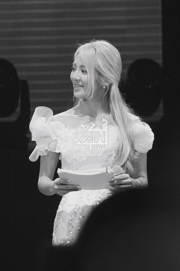"""Đảm nhận vai trò dẫn dắt chương trình Đại nhạc hội Kpop, Hyo Yeon đôi lúc còn làm các Sone """"điên đảo"""" khi cô quay sang làm những biểu cảm """"nũng nịu"""" với chàng MC điển trai Isaac (365)."""