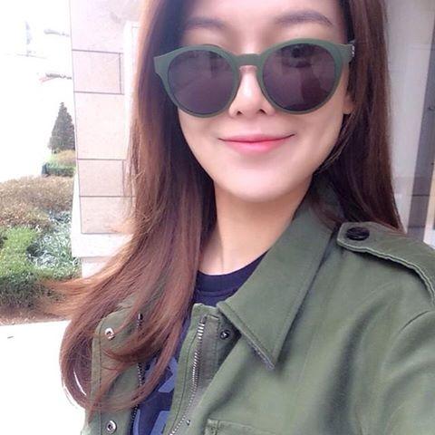 """Sooyoung chia sẻ ảnh """"tự sướng"""" với lời nhắn: """"Sao thời tiết hôm nay tuyệt vời thế này""""."""