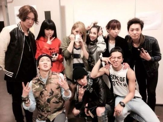 Dara đăng tải hình 2NE1 chụp chung với đàn em Winner.
