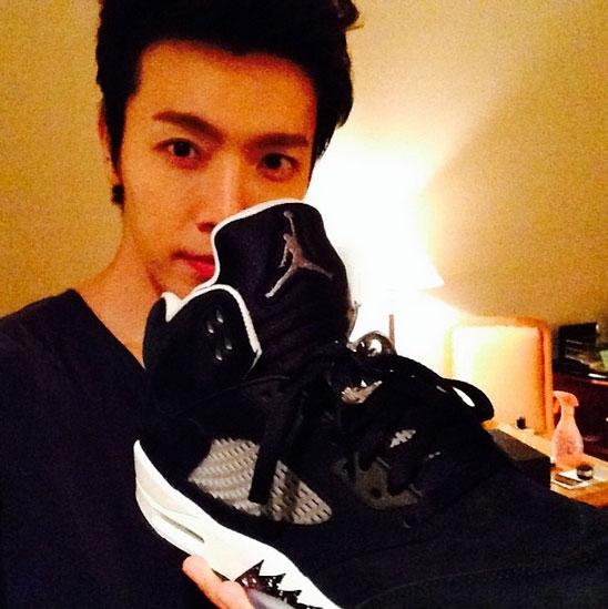 Donghae khoe giày mới