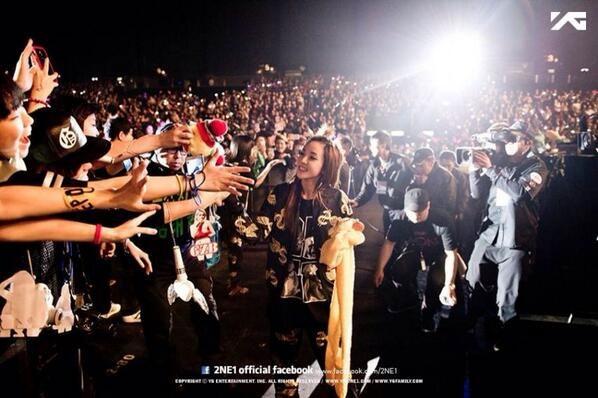 """Dara đăng tải hình anh cô bắt tay với các fan tại show Hong Kong với nội dung: """"Tôi yêu Blackjack HongKong"""""""