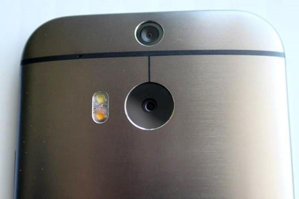 One 2014 có camera kép và đèn flash kép. Đèn flash này có 2 tông màu, một nóng một lạnh, rất giống với iPhone 5S.