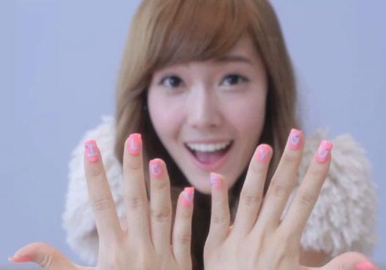 Jessica sở hữu bộ móng đơn giản nhưng không kém phần ấn tượng