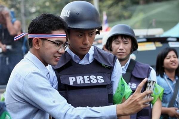 Một số bạn trẻ Thái còn xin được pose hình kỷ niệm chung với chàng phóng viên đẹp trai người Nhật trong cuộc biểu tình.