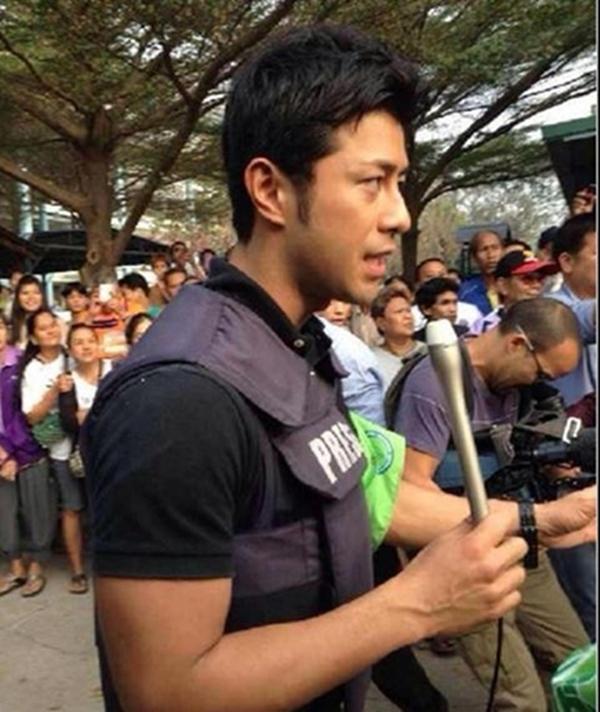 """Hình ảnh của chàng phóng viên trẻ sau đó xuất hiện ngập tràn trên mạng xã hội Thái Lan. Nhiều người còn phát hiện, chàng trai trẻ này từng xuất hiện trong một bộ phim truyền hình nhiều tập và là vận động viên bơi lội. Nhiều cô gái trẻ phát cuồng trước vẻ """"siêu đẹp trai"""" của Enami"""