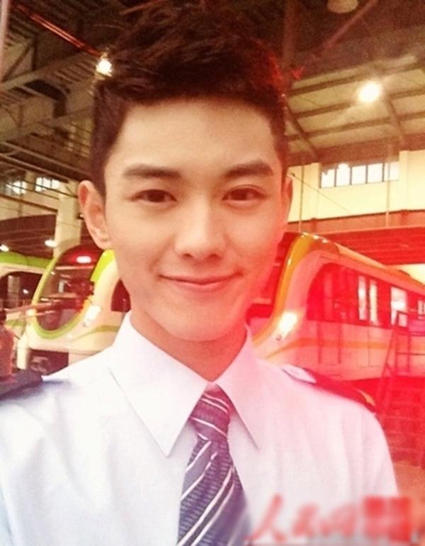 Nụ cười của Jiaqui hút hồn không ít các cô gái. Anh chàng từng theo học và làm việc tại trường ĐH Nam Kinh. Ngoài công việc lái tàu điện ngầm, Jiaqui còn là người mẫu nghiệp dư từ hồi còn là sinh viên.