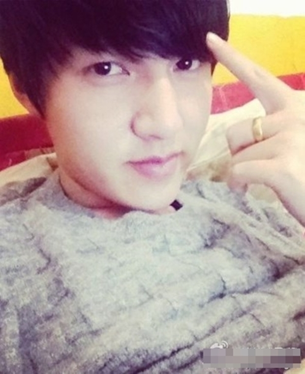 """Nét mặt, mái tóc... của chàng trai được đánh giá là giống đến 90% với ngôi sao Hàn Quốc Lee Min Ho. Danh tính và thông tin của chàng trai này sau đó được cộng đồng vào cuộc """"truy lùng"""". Facebook của chàng trai này cũng tăng lên hơn 500 nghìn người theo dõi."""