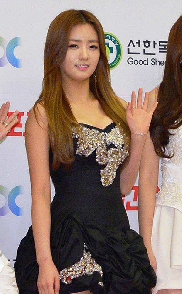 ... và để Yoon Bomi mặc tại lễ trao giải Golden Disk Awards 2014.