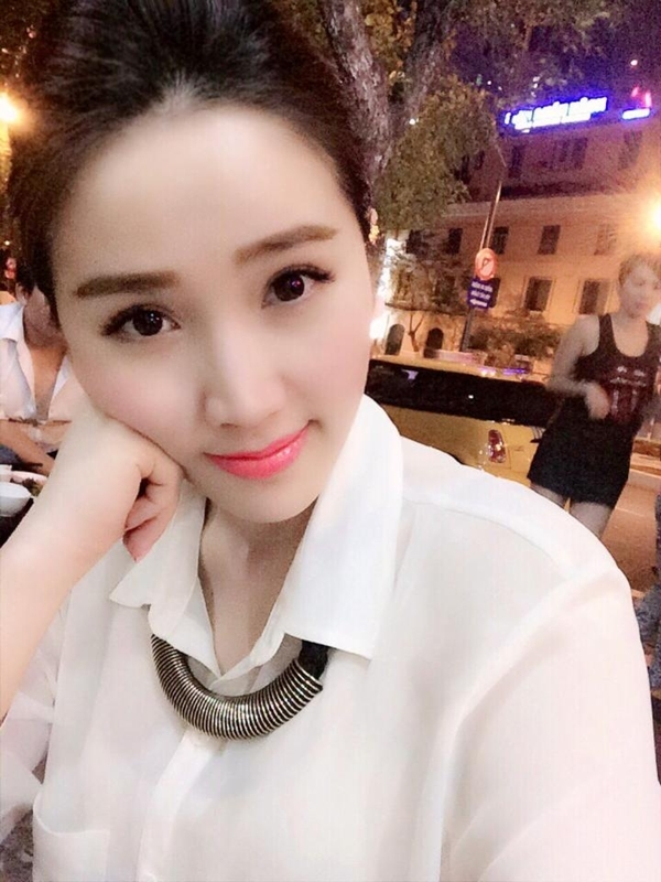 """Vì lịch tập luyện khá trễ nên phải tới khuya Bảo Thy mới có thể được ăn tối. Văn Mai Hương đã có một buổi đi chơi cùng Sơn Tùng M-Tp.Cả hai khá thân thiết và tạo dáng xì tin cùng nhau: """"Lại ăn uống bét nhè"""""""
