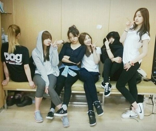 """A Pink khoe hình 6 cô gái dễ thương trong phòng tập với nội dung: """"Ngày mai các bạn sẽ được thưởng thức Mr Chu. Chúng tôi đang cố gắng tập luyện đây, các bạn hãy chờ nhé, Pandas của chúng tôi"""""""