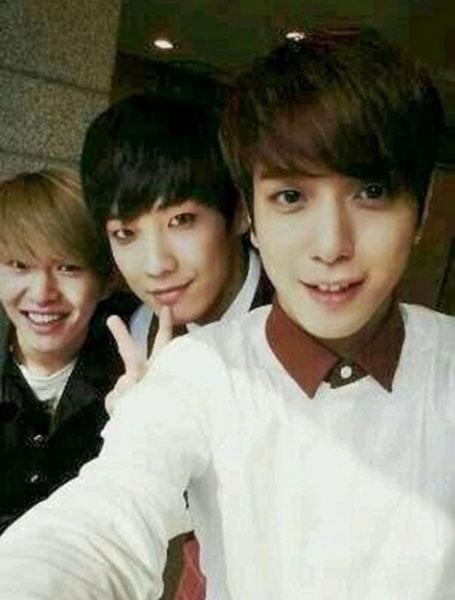 Yonghwa (CN Blue) đăng tải hình tự sướng cùng Onew (SHINee) và Lee Joon (MBLAQ)