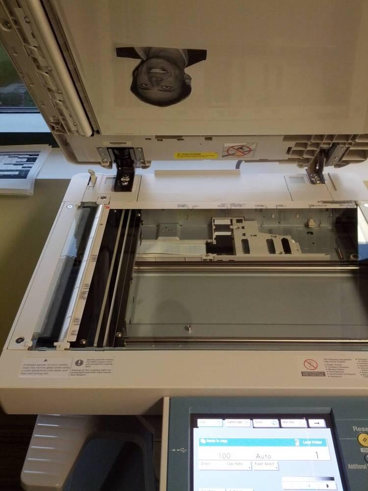 """Trò chơi khăm với chiếc máy photocopy này quả thật là """"bá đạo"""" không đỡ nỗi rồi."""