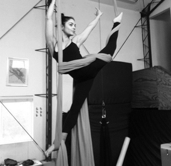 Vanessa Hudgens đang phải tập luyện chăm chỉ cho tiết mục đu trên không trung của mình chỉ bằng một dây vải.