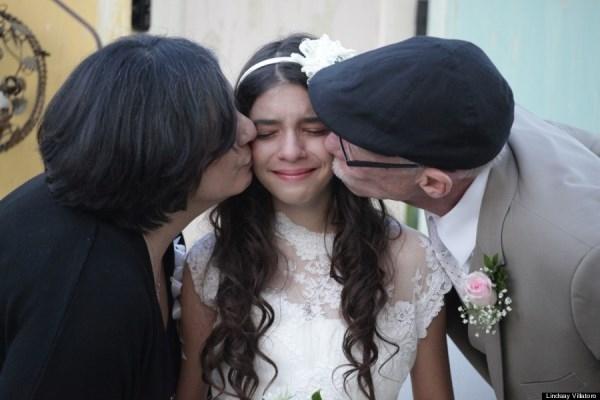 """Xúc động bé gái 11 tuổi """"lấy chồng"""" làm vui lòng bố"""