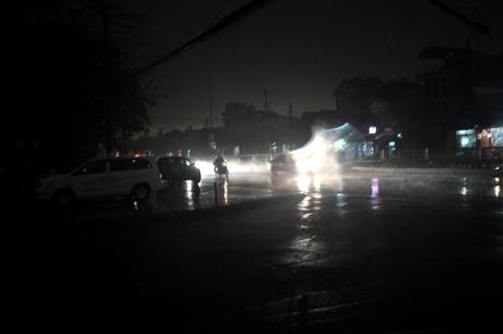 """Các phương tiện tham gia giao thông trên đường Nguyễn Văn Cừ bật đèn giữa """"ban ngày""""."""