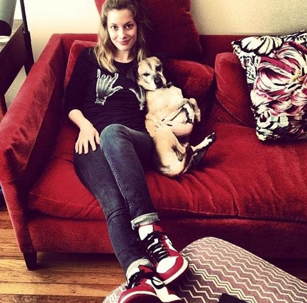 Gillian Jacobs thân thiết với người bạn bốn chân của mình.