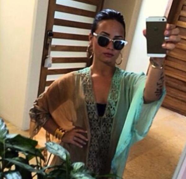 """Demi Lovato đang trong một chuyến đi du lịch. Nhưng có vẻ trang phục và kiểu tóc này khiến cho Demi Lovato """"kém xinh"""" hơn."""