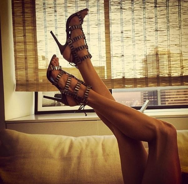 Alessandra Ambrosio với đôi chân khiến bao người ghen tị.