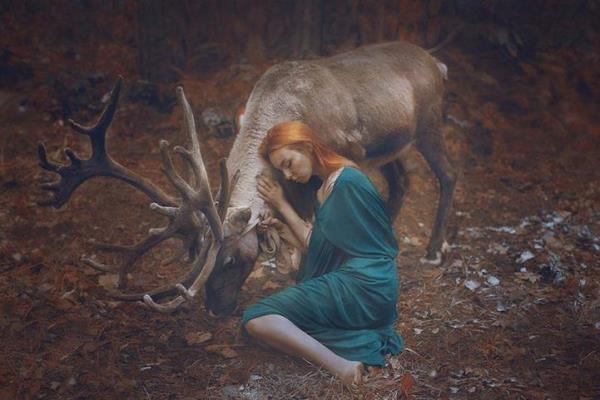 Các thiếu nữ đẹp mê hoặc bên cạnh các động vật hoang dã