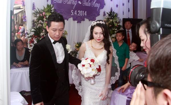Hương Baby diện áo cưới trắng và trang điểm tự nhiên xinh xắn. Sau khi làm nghi lễ cúng gia tiên, cô dâu và chú rể ra chào họ hàng - Tin sao Viet - Tin tuc sao Viet - Scandal sao Viet - Tin tuc cua Sao - Tin cua Sao