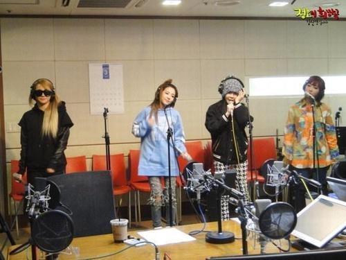 2NE1 tham gia trong chương trình radio của Kim Shin Young