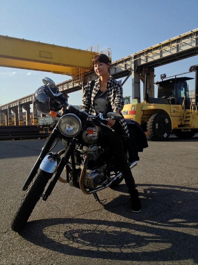 Người đẹp Han Ji Hye trong bộ đồ khỏe khoắn điều khiển chiếc motor khi quay bộ phim truyền hình lấy đề tài hàng hải May Queen. Han Ji Hye vào vai một cô gái am hiểu tàu biển, là chuyên gia sửa chữa tàu.