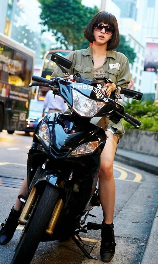 Trong phim Spy Myung-wol, Han Ye Seul vào vai một nữ điệp viên Bắc Triều Tiên xâm nhập vào Hàn Quốc để làm nhiệm vụ. Ở tập phim lấy bối cảnh tại Singapore, nhân vật của Han Ye Seul di chuyển bằng motor và sử dụng nhiều vũ khí hạng nặng.