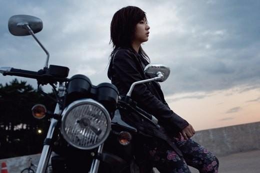 Shin Se Kyung đứng cạnh chiếc motor và nhìn đăm chiêu trong một cảnh quay của phim điện ảnh Blue Salt. Vai diễn của người đẹp 9x là một sát thủ lạnh lùng.