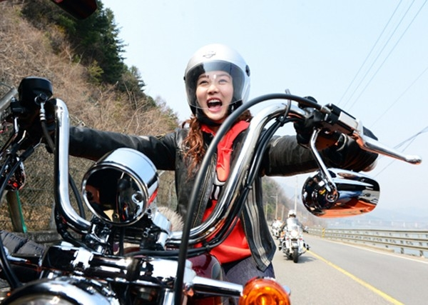 """""""Búp bê"""" Sung Yuri phấn khích khi lái chiếc motor hạng nặng trong phim The Secret of Birth. Nhân vật của Sung Yuri là người có chỉ số IQ cao cùng học vấn rộng nhưng không may bị mất trí nhớ sau một tai nạn."""