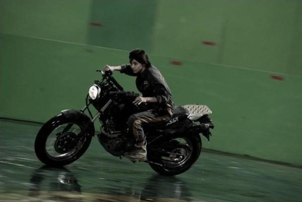 Từng đóng nhiều cảnh quay hành động, lái motor không còn xa lạ với Ha Ji Won. Trong ảnh là cảnh quay của phim Sector 7 chưa qua xử lý kỹ xảo của nữ diễn viên. Nhân vật của Ha Ji Won trong Sector 7 là kỹ sư gan dạ trên dàn khoan giữa biển khơi.