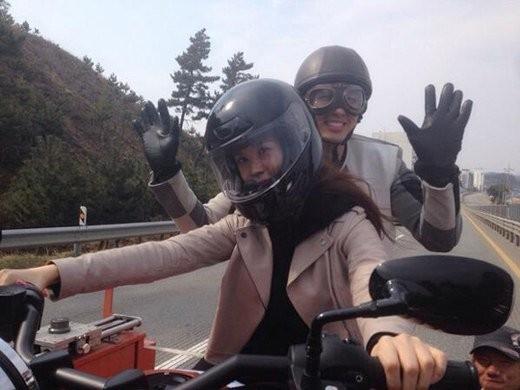 Người đẹp thừa kế Lee Da Hae thử cầm lái chiếc motor của bạn diễn Im Seul Ong trong hậu trường phim mới sắp phát sóng Hotel King.