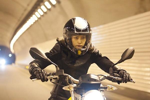 Nữ thám tử Lee Na Young cưỡi motor BMW 650 cc trong bộ phim li kì Howling điều tra về một kẻ giết người hàng loạt. Khi thực hiện cảnh quay, Lee Na Young bị một người đàn ông lái ô tô đâm vào, may mắn cô chỉ bị thương nhẹ.