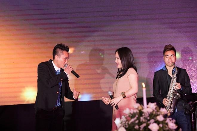 Anh Túcùng vợ mới cướiLam Trangsong caYêu nhau ghét nhaunhư lời chúc phúc gửi tới cô dâu chú rể.