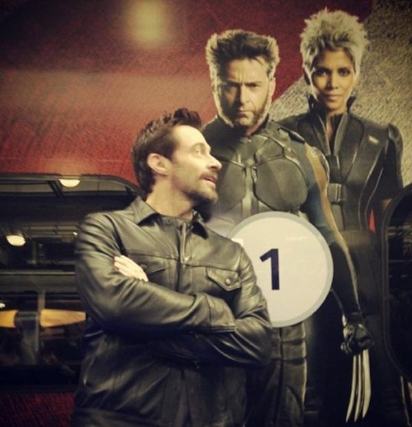 Hugh Jackman tạo dáng cùng với nhân vật mà anh hoá thân vào.