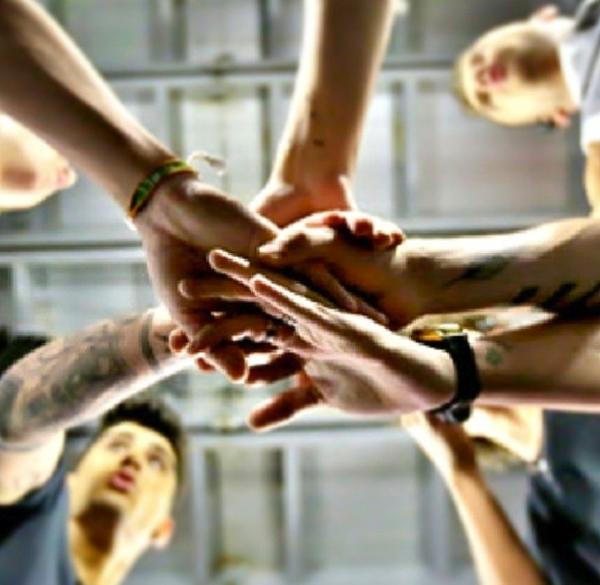 One Direction thể hiện tinh thần đoàn kết bằng một cú đập tay tập thể
