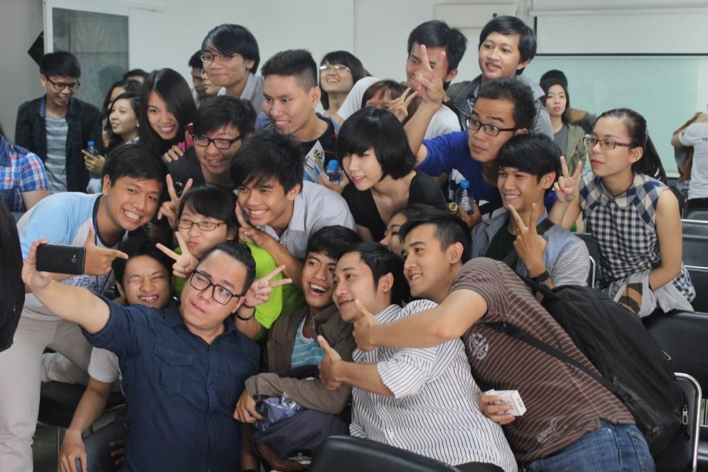 """MC Tùng Leo """"nhí nhảnh"""" chụp hình lưu niệm cùng sinh viên FPT Arena"""