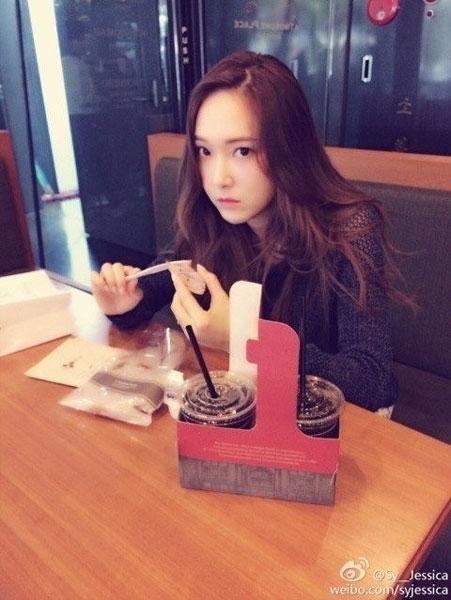 """Jessica khoe hình """"mặt ngầu"""" trên weibo vào ngày 8/4"""