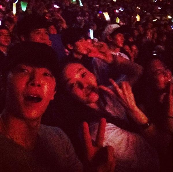 Donghae khoe hình đang cùng Jung Ryeo Won đi xem concert ở Bruno Mars tại Seoul