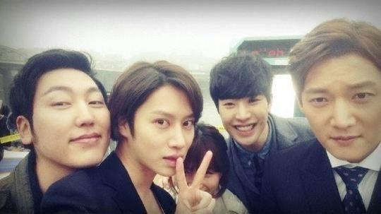 Heechul đăng tải hình chụp cùng các thành viên trong chương trìnhFlower Grandpa Investigative Team