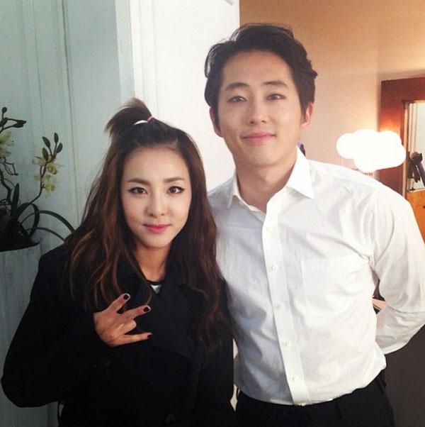 """Dara khoe hình chụp hình cùng với nam diễn viên Steven Yeun với nội dung: """"Rất vui khi được gặp anh"""""""