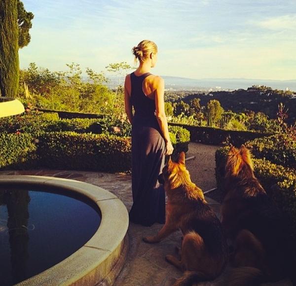 Heidi Klum thư giãn ở sân sau với hai chú chó của cô.