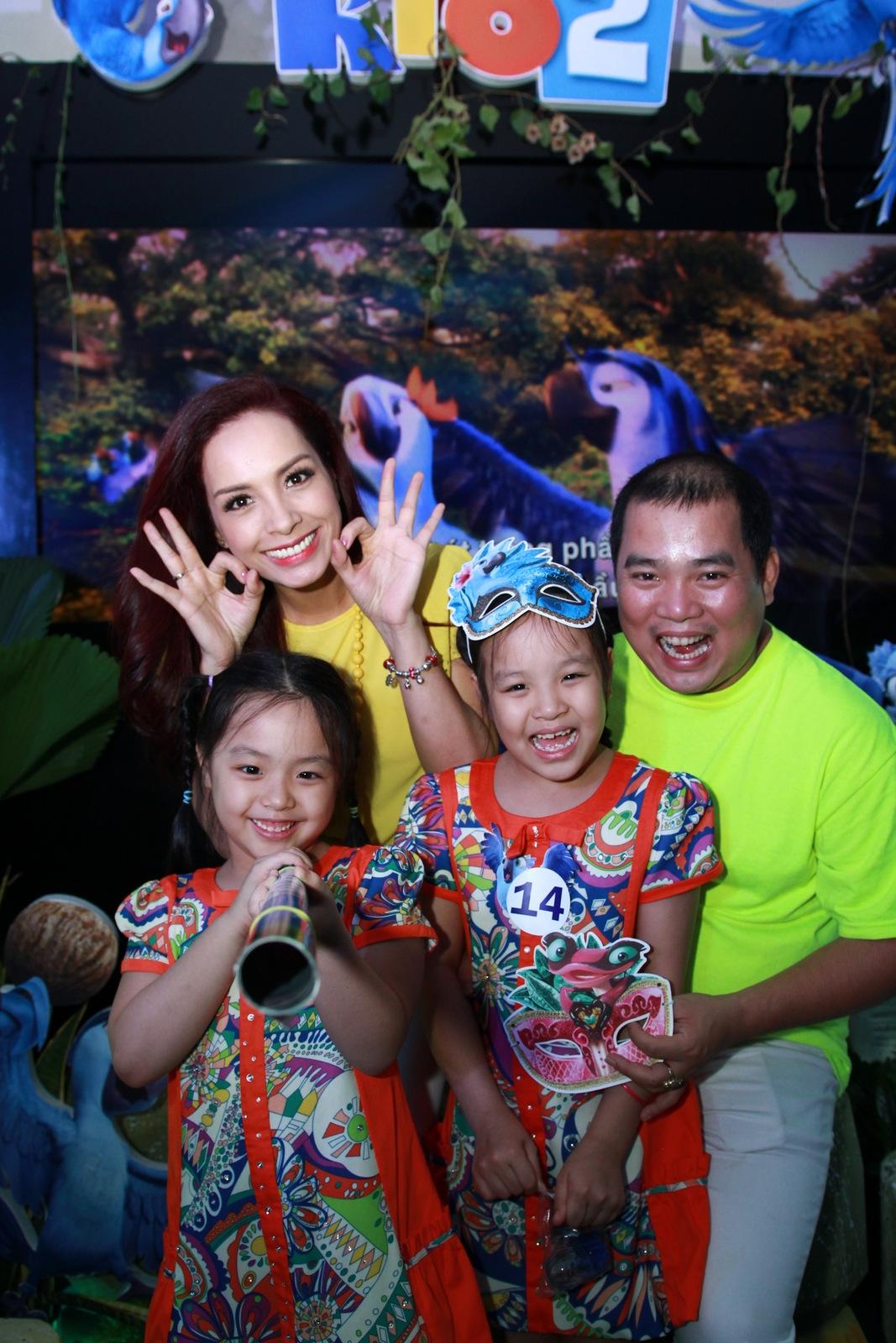 Cặp đôi hạnh phúc Thúy Hạnh - Minh Khang cùng 2 cô công chúa nhỏ.