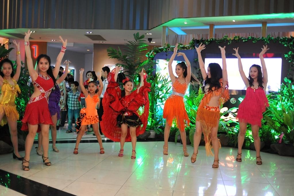 Các bé gái với những bộ trang phục sặc sỡ cùng với các vũ công đã mang đến những điệu nhảy samba nóng bỏng làm cho không khí buổi ra mắt phim trở nên hào hứng và tươi vui hơn.
